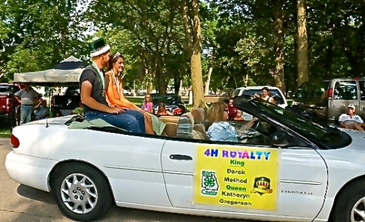 Burt County 4-H Royalty Method and Gregerson ride through the Fair parade in style. Photo Credit/Denise Gilliland, Editor and Chief, Kat Country Hub.